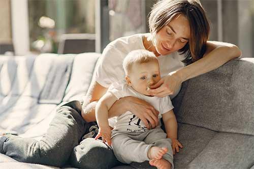 baby sitter avec un bébé