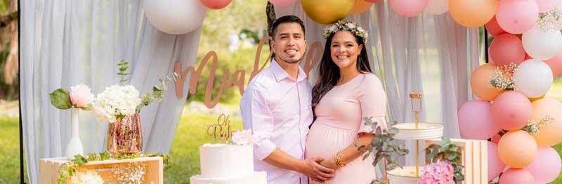 femme enceinte fait une fête pour le sexe du bébé