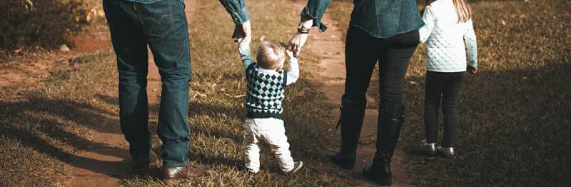bébé qui marche à l'extérieur