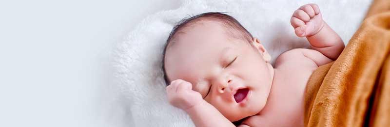 bébé qui a sommeil et dort