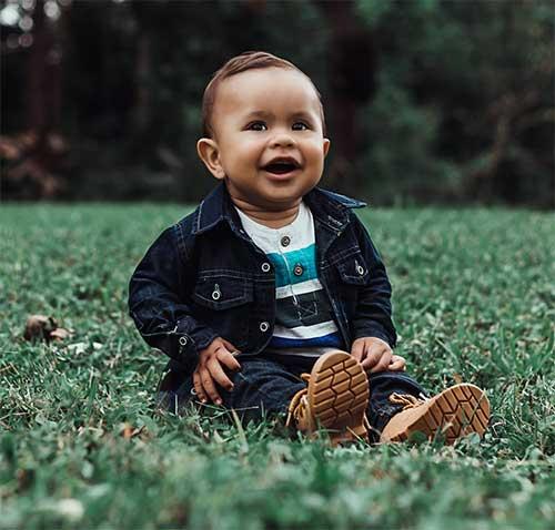 enfant dans l'herbe assis