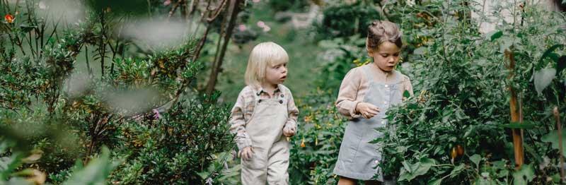deux enfants qui parlent