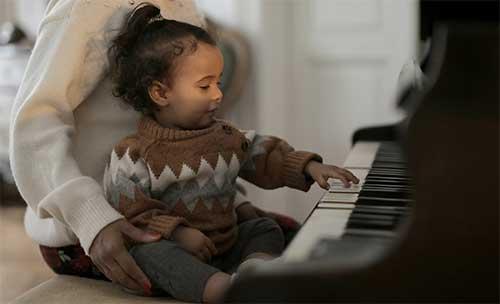 enfant avec maman qui joue du piano