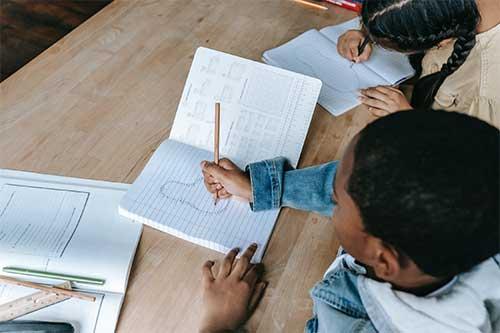enfant qui écrit et fait des maths