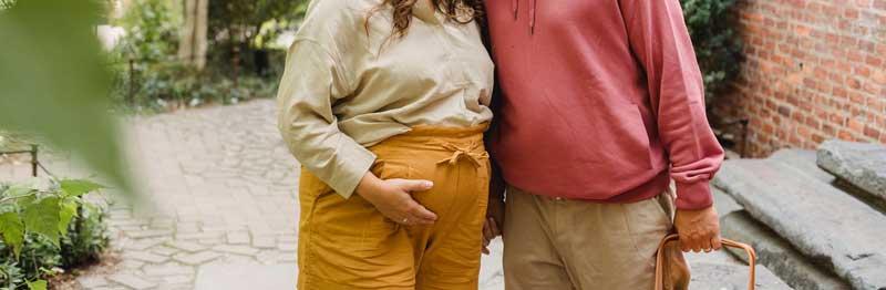 femme enceinte avec ventre de 7 eme semaine de grossesse