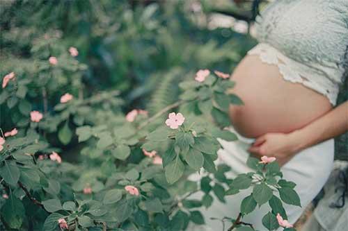 femme dans jardin enceinte