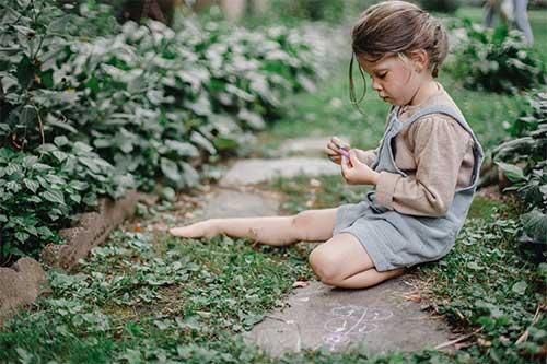enfant fille qui réflechie