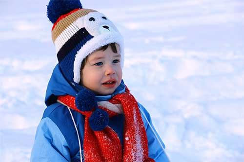 petit garcon dans la neige