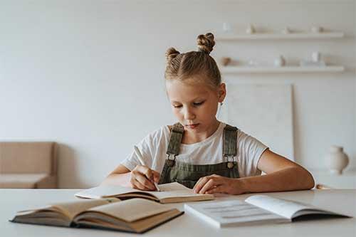 jeune fille fait ses devoirs
