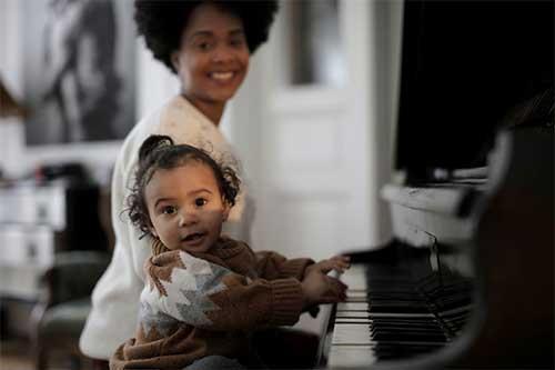 musique piano avec petite fille