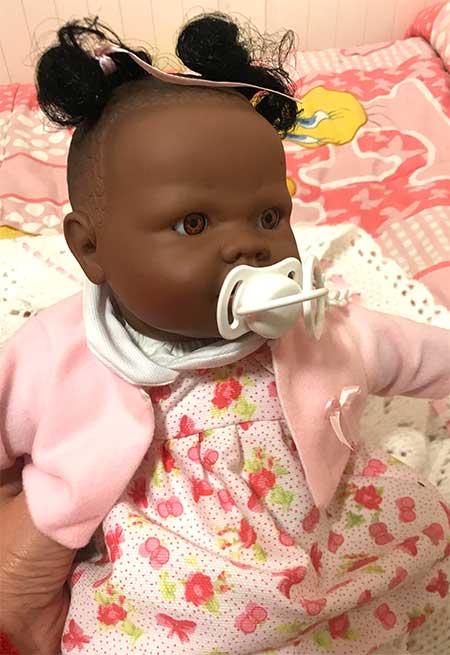 poupée à la peau sombre