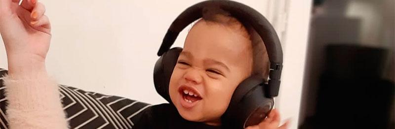 bébé qui écoute du Rock'n'Roll