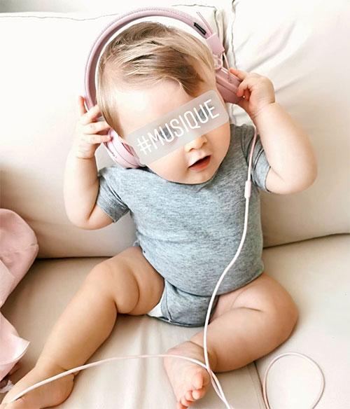 bébé avec casque sur les oreilles