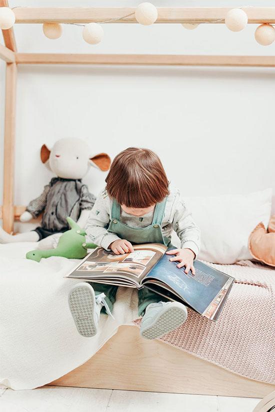enfant assis sur un lit